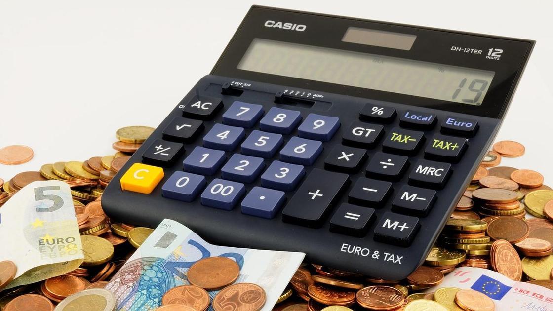 Калькулятор, бумажные купюры и монеты