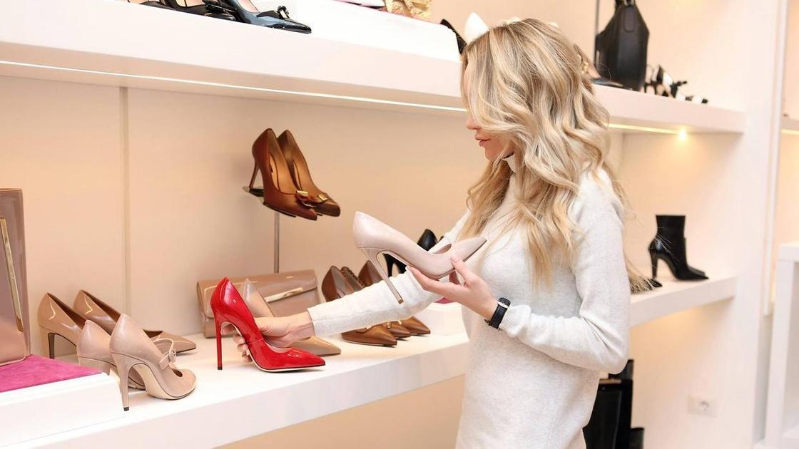 Девушка выбирает туфли