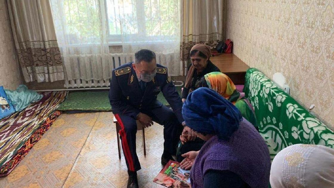 Замглавы МВД с семьями погибших полицейских