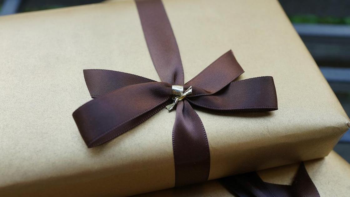 Подарок, украшенный ленточкой