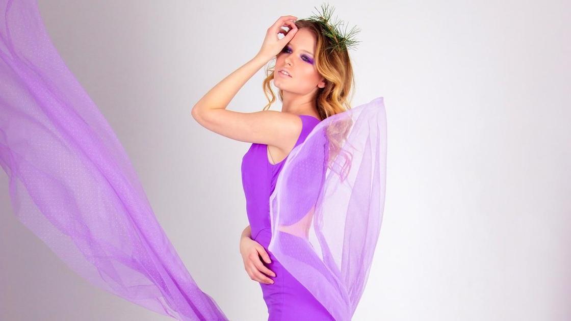 Девушка в сиреневом платье