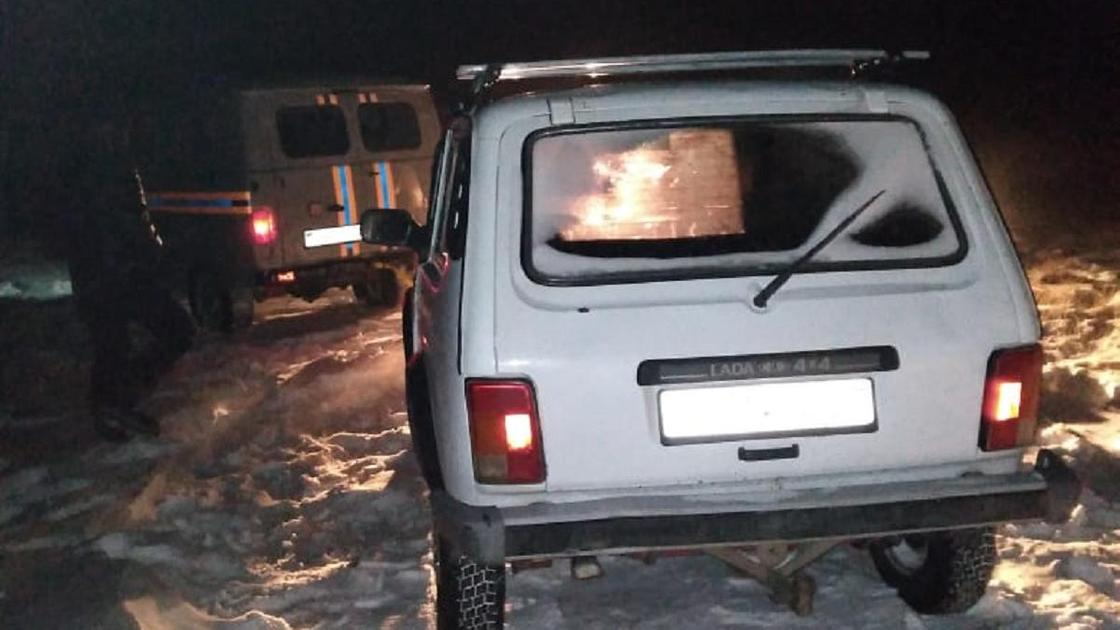 Спасатели буксируют автомобиль