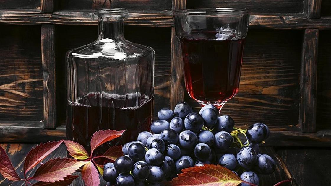 Графин вина и стакан полный красного вина