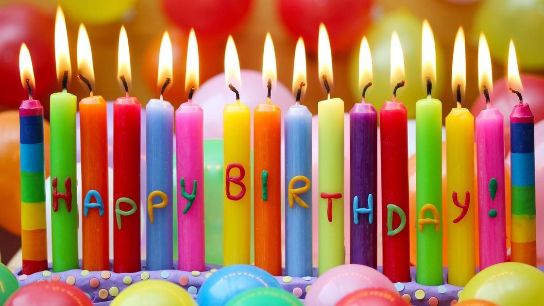 свечи с надписью Happy Birthday