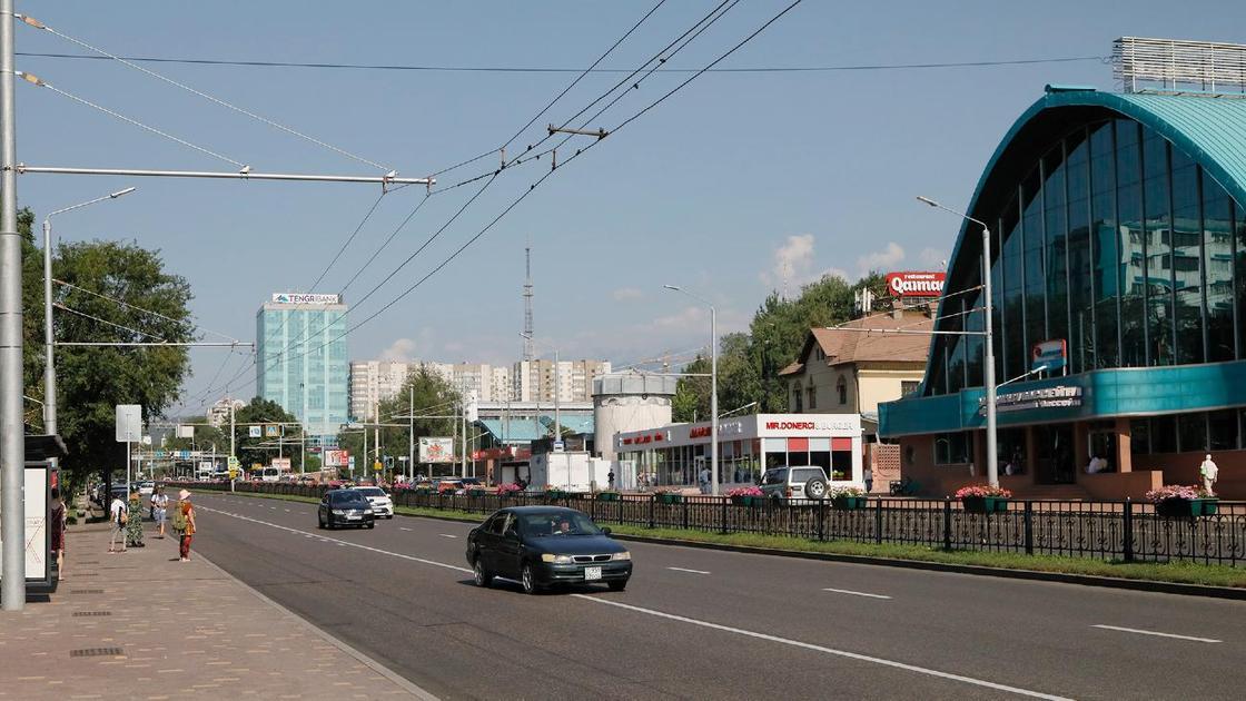 Машины едут по проспекту Абая