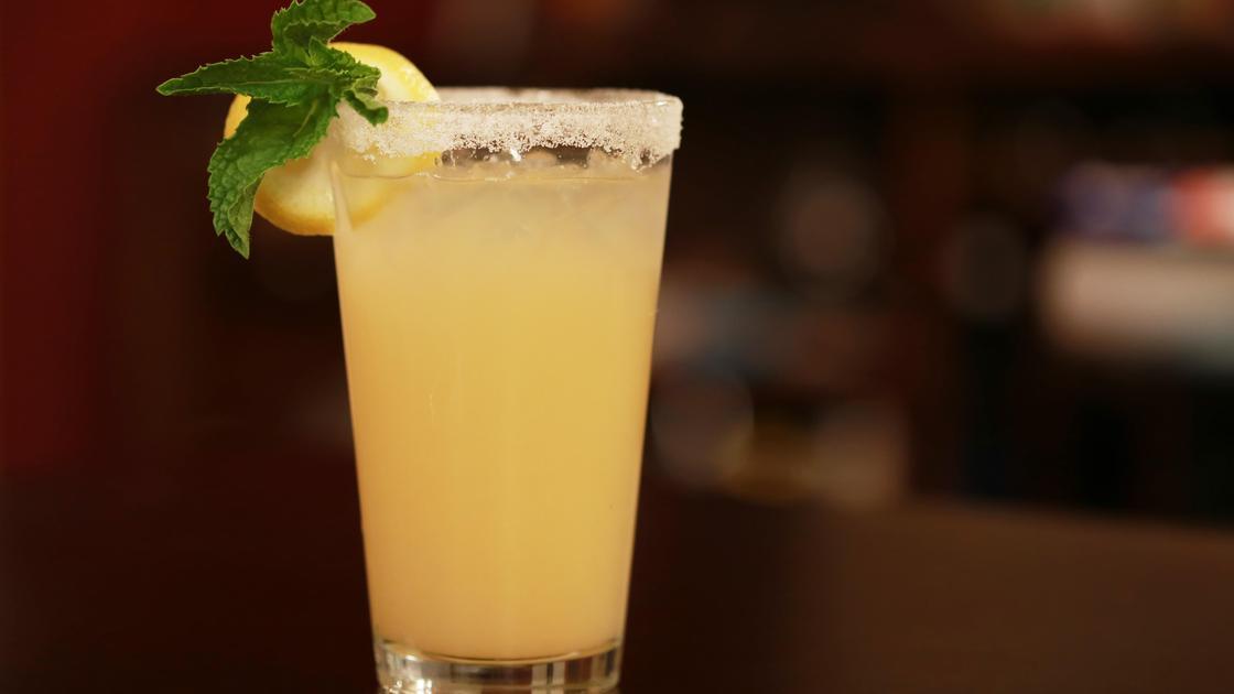 Лимонный сок на столе