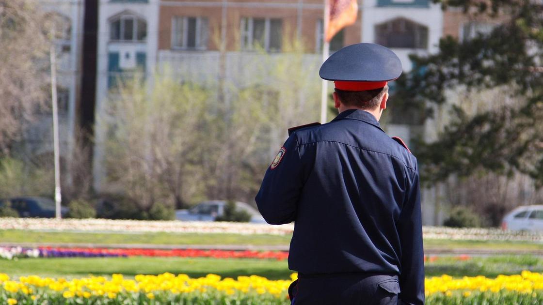 Полиция қызметкері13