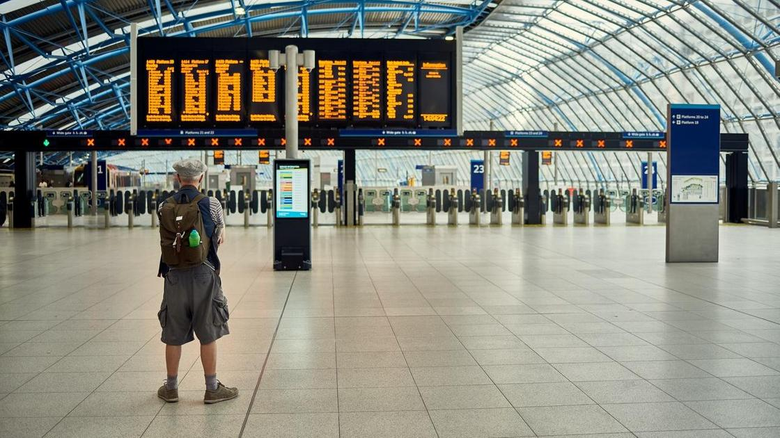 Мужчина стоит в аэропорту