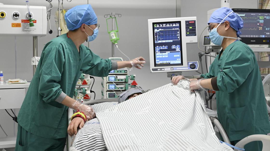Медики проверяют состояние пациента на аппарате