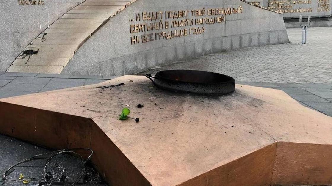 Оскверненный памятник героям ВОВ