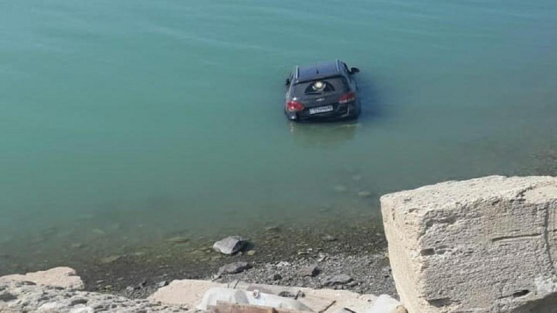 Внедорожник упал в море в Мангистау