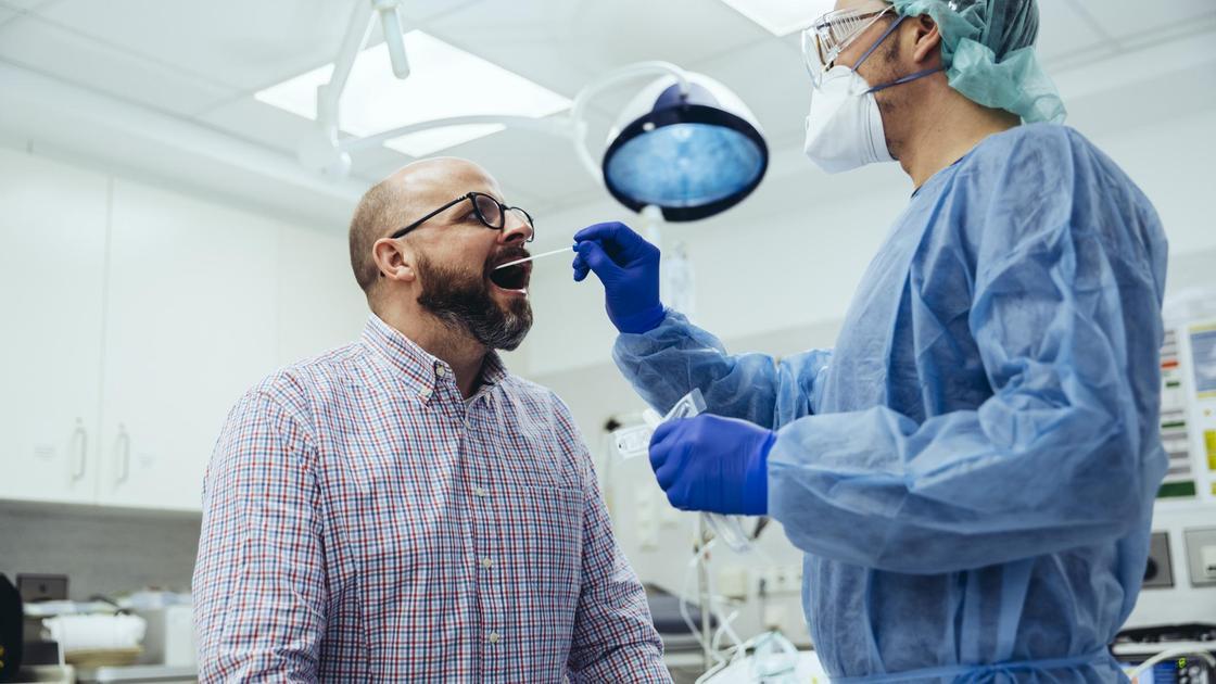 Врач берет анализ у пациента