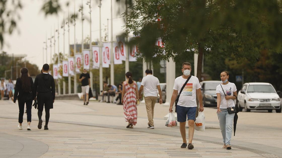 Люди с сумками идут по улице