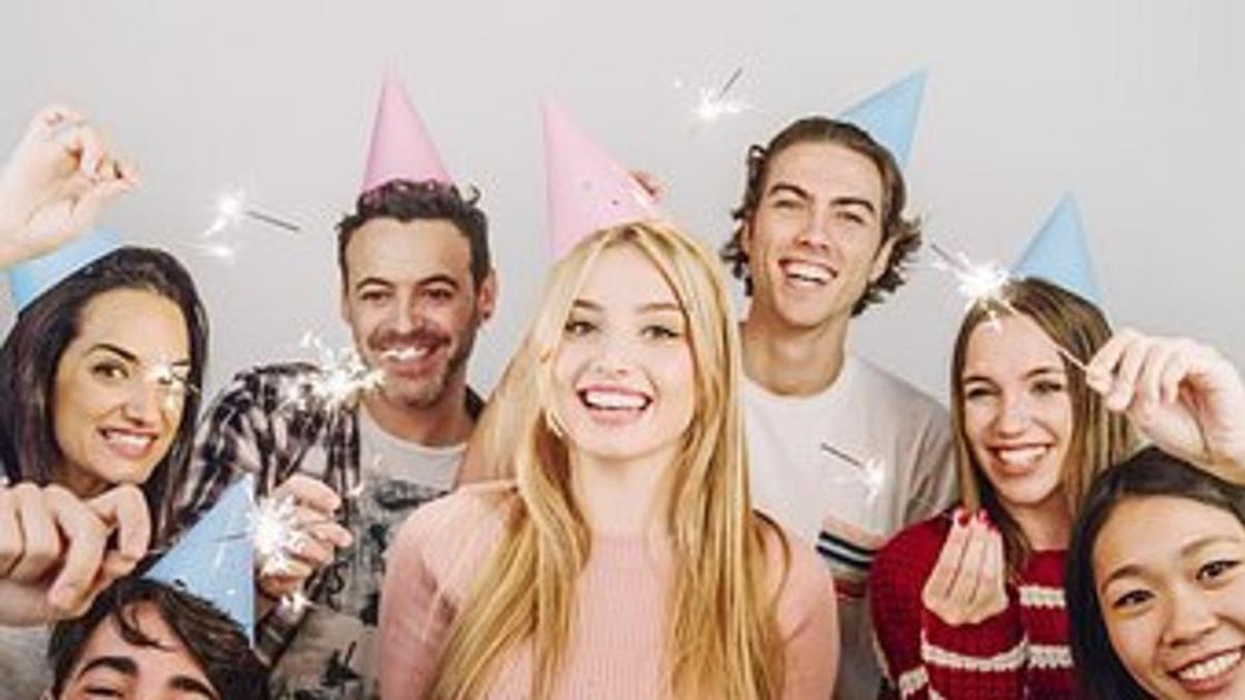 люди поздравляют с днем рождения