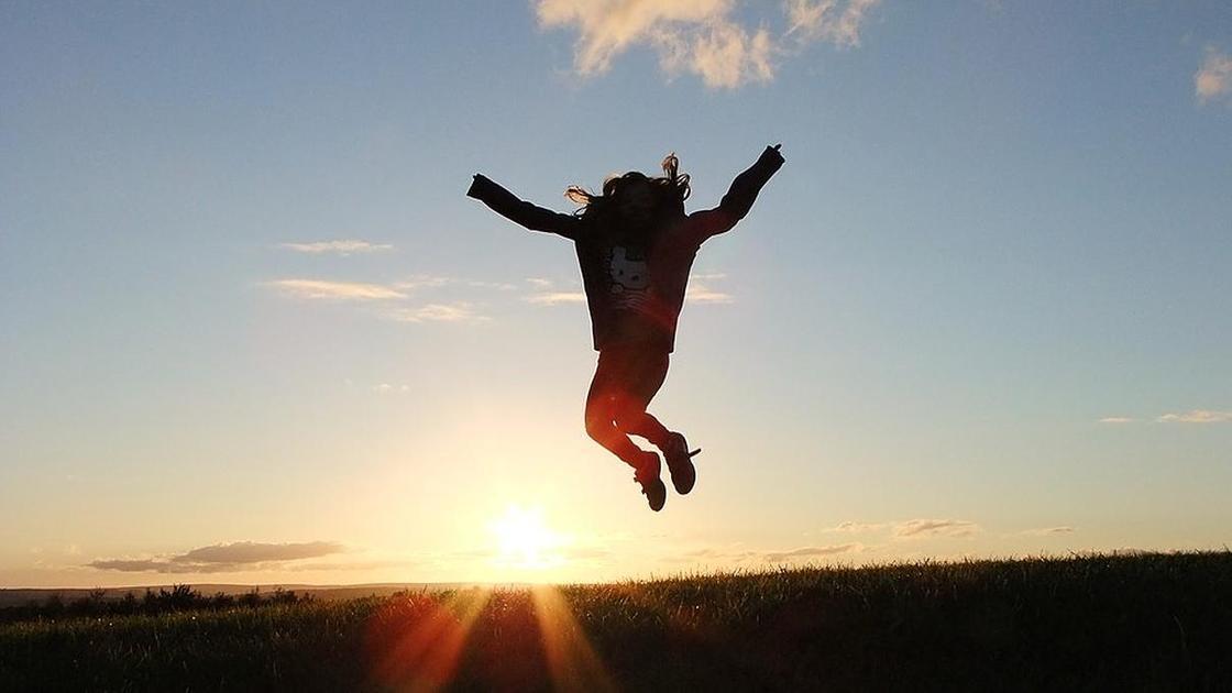 девушка в прыжке на закате