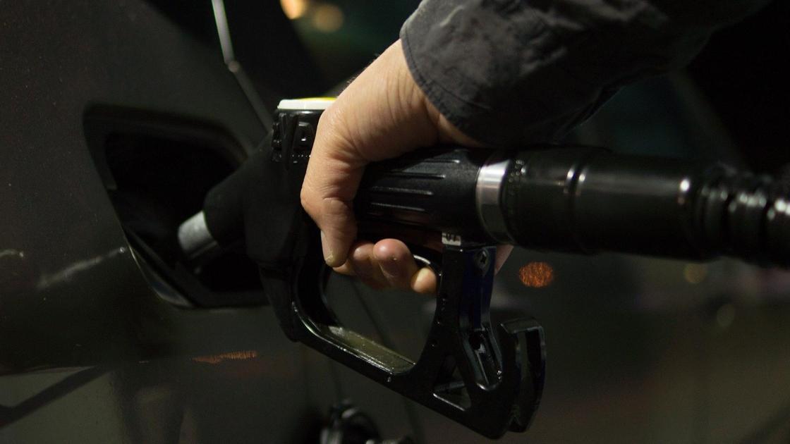 автомобиль заправляют бензином на заправке