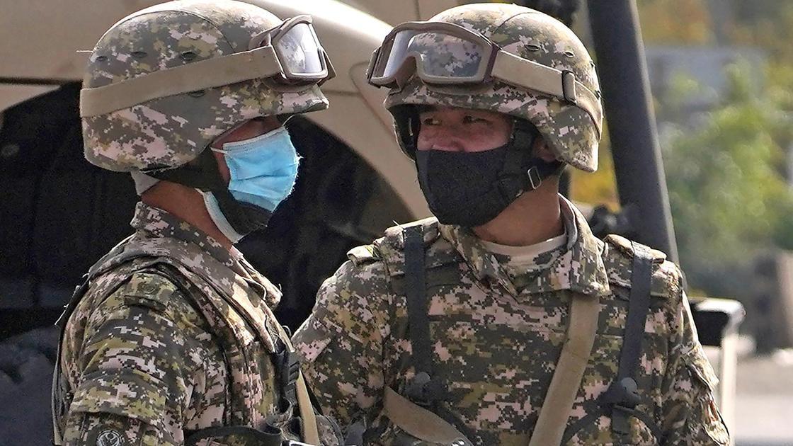 Военные разговаривают друг с другом