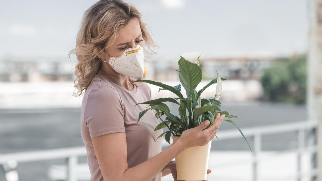 девушка в маске с цветами
