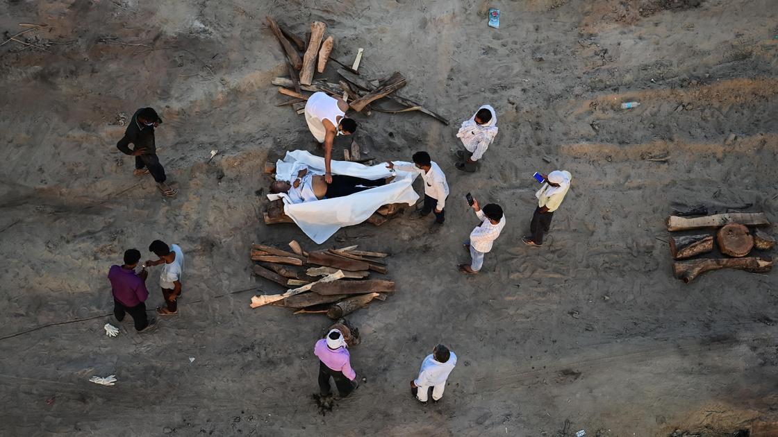 Погребальные обряды на берегу реки