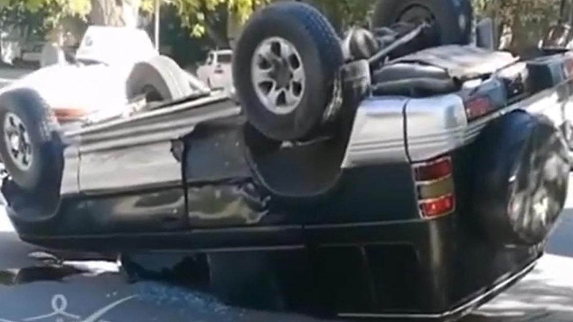 Перевернутый автомобиль на дороге в Павлодаре