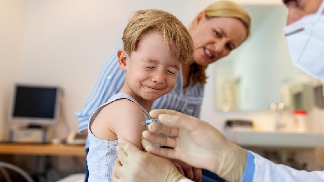 Ребенок получает прививку