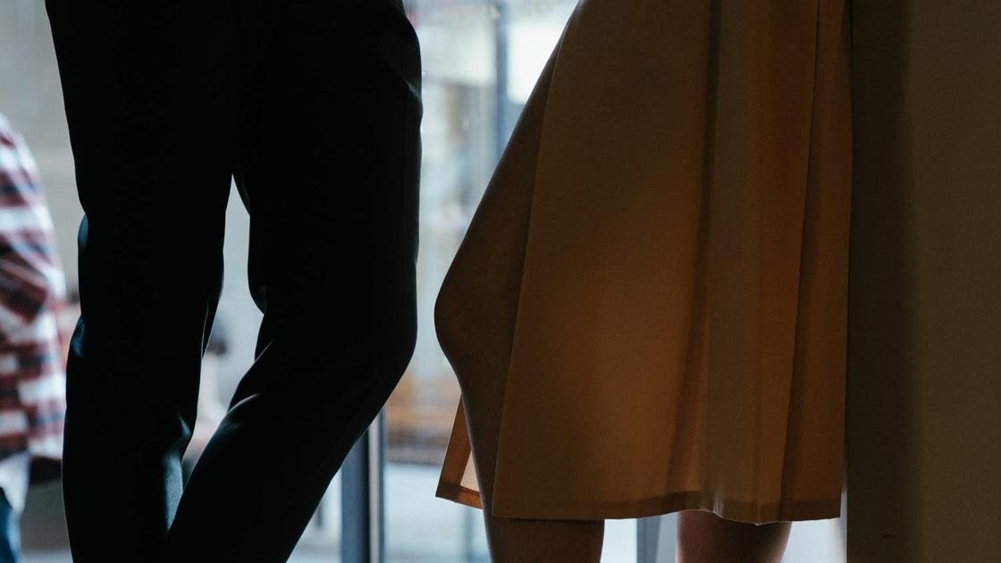Мужчина и женщина стоят в дверном проеме