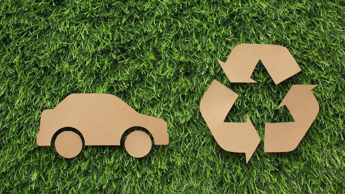 Машина и знак переработки из картона