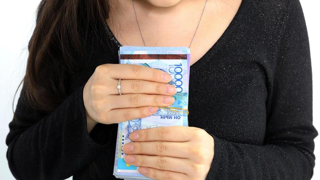 Девушка держит в руках деньги
