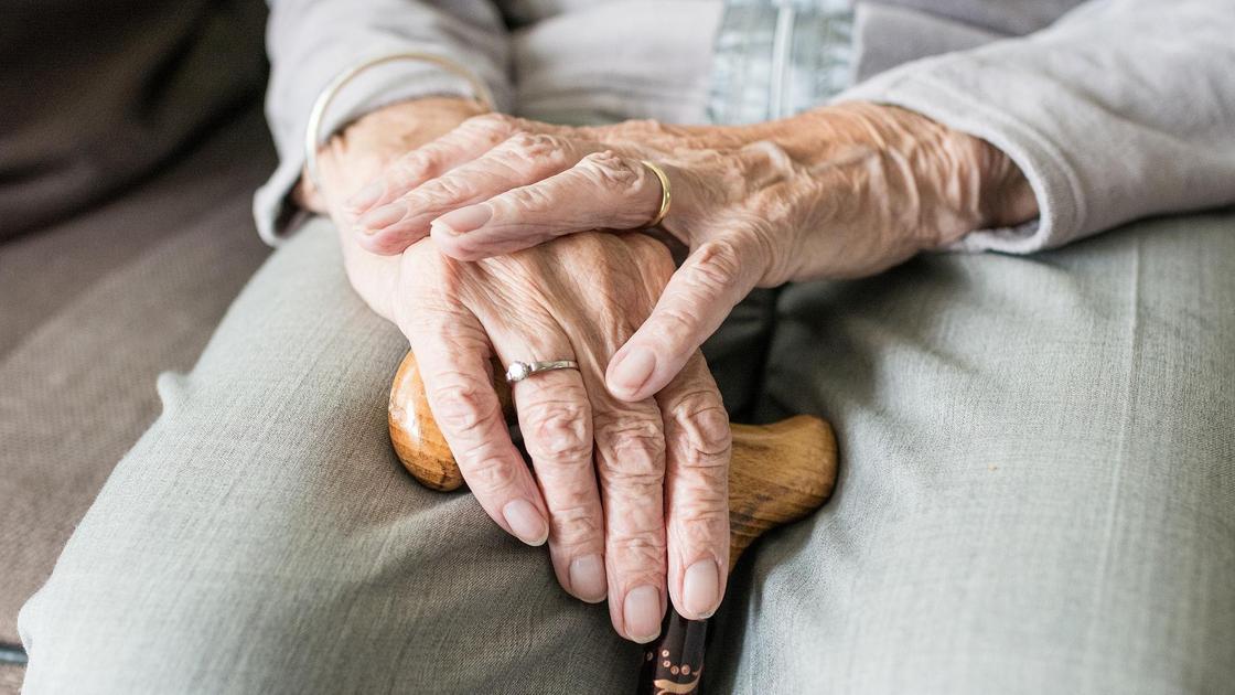 пожилой человек с тростью