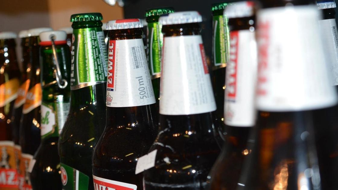 Бутылки с алкоголем выставлены в ряд