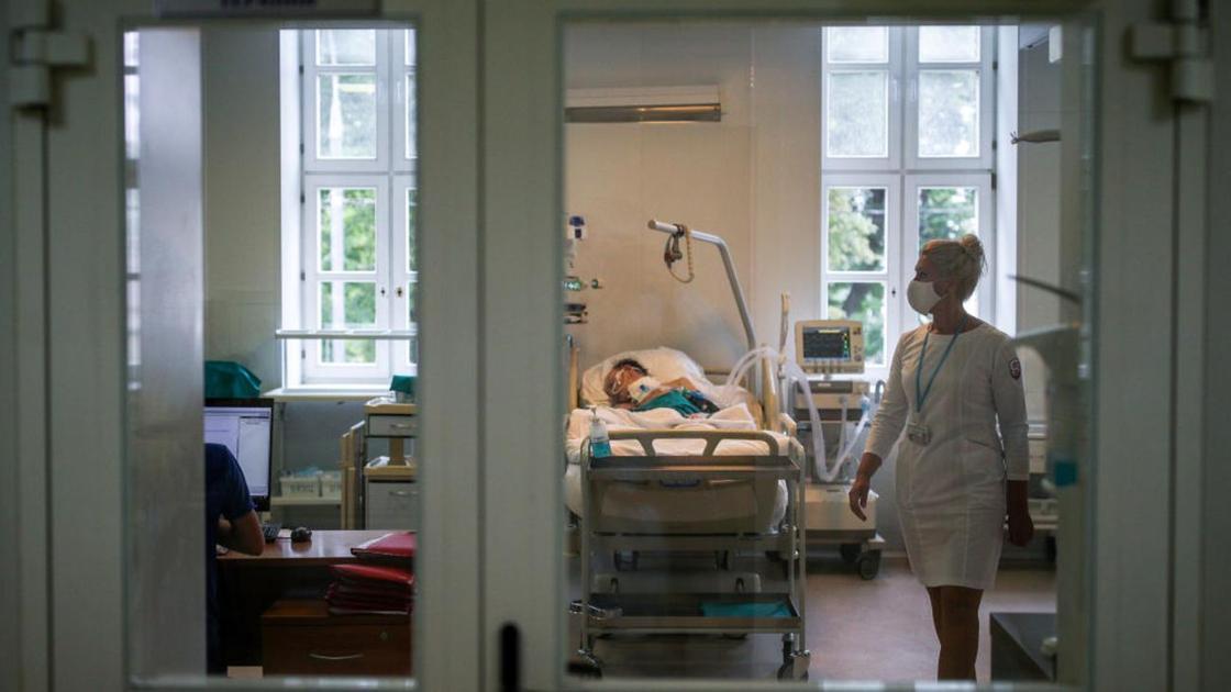 Врач ходит по больничной палате