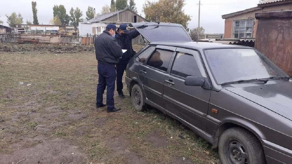 Автомобиль осматривают полицейские