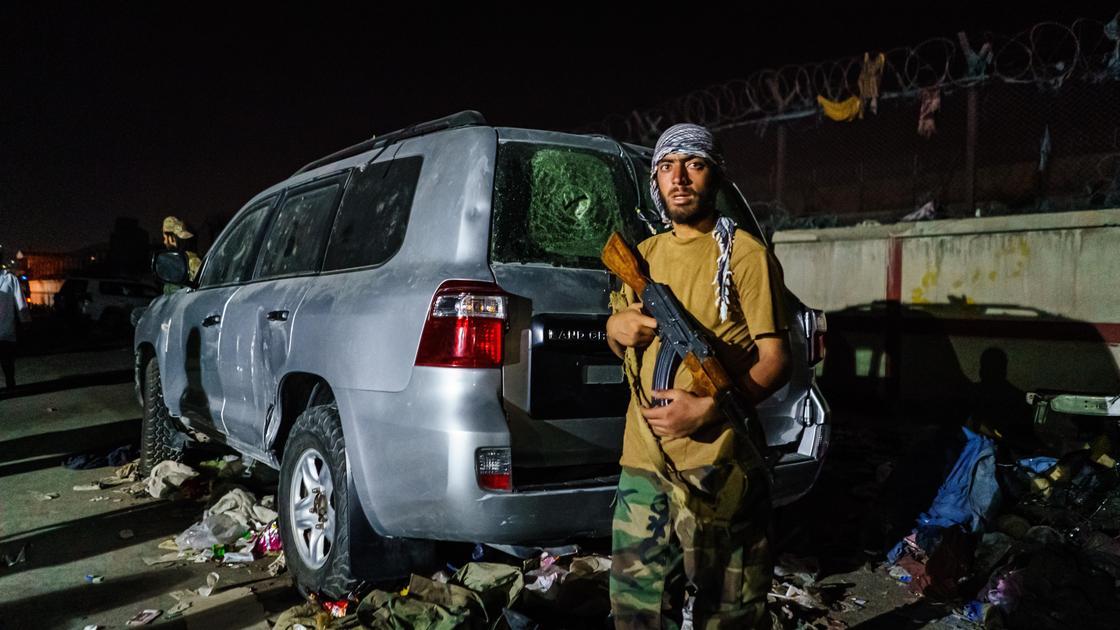 """Член """"Талибана"""" около аэропорта в Кабуле"""