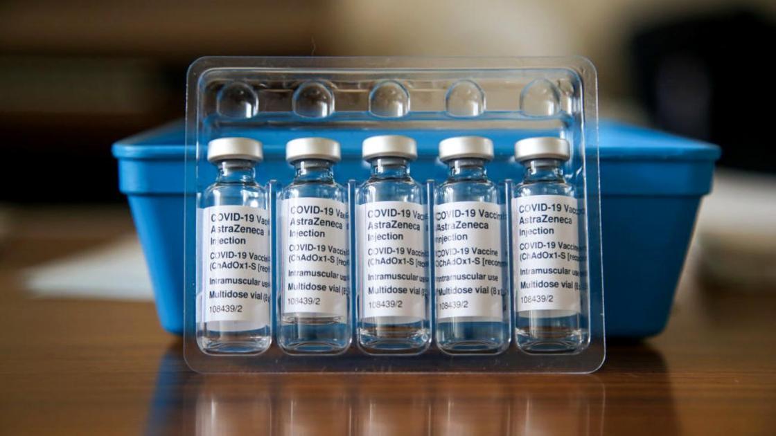 Ампулы с вакциной AstraZeneca стоят на столе