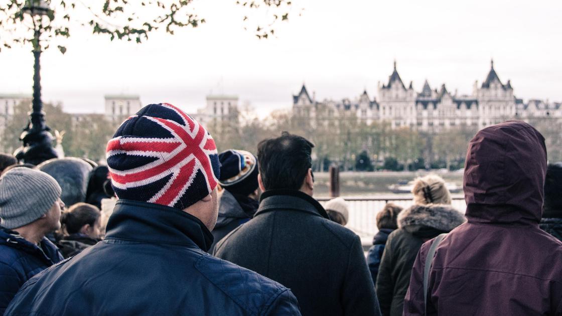 Мужчина в шапке с флагом Великобритании