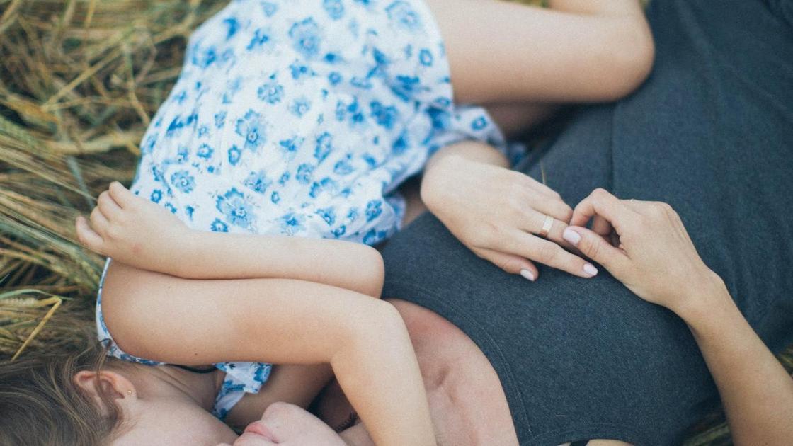 Мать с дочерью лежат на замле