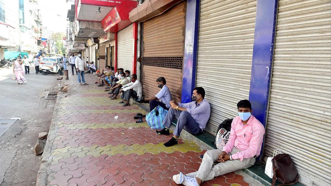 Люди в масках сидят на земле