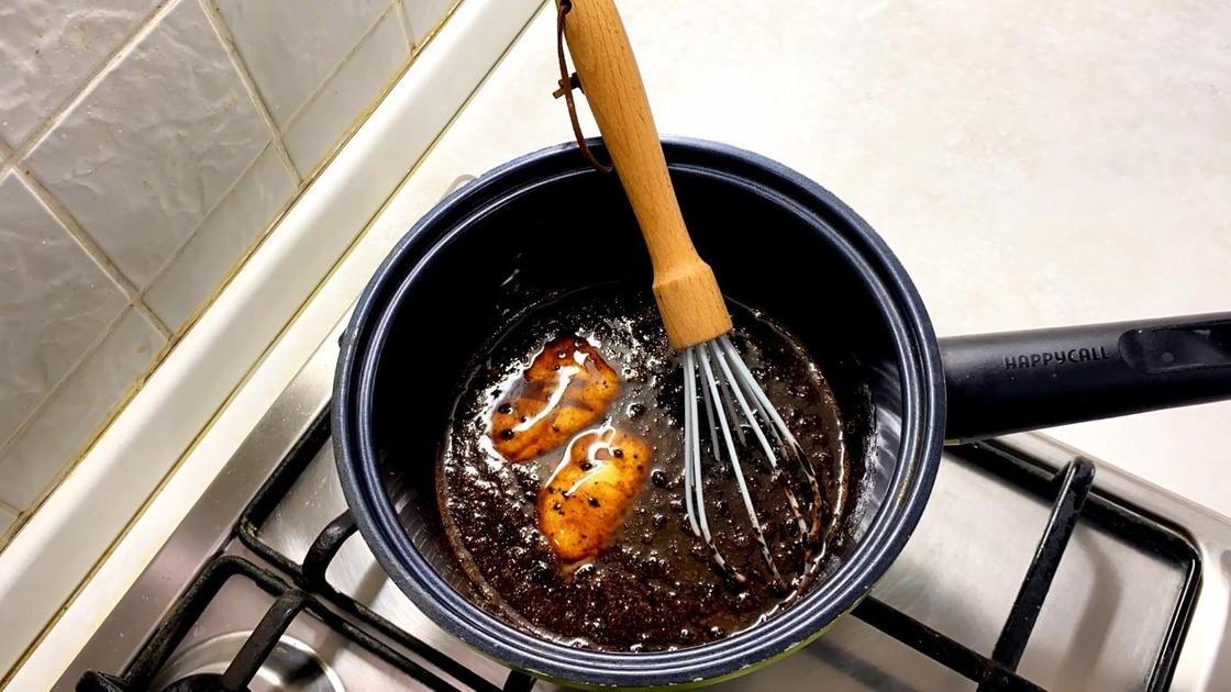 Растопленные ингредиенты в кастрюле на плите