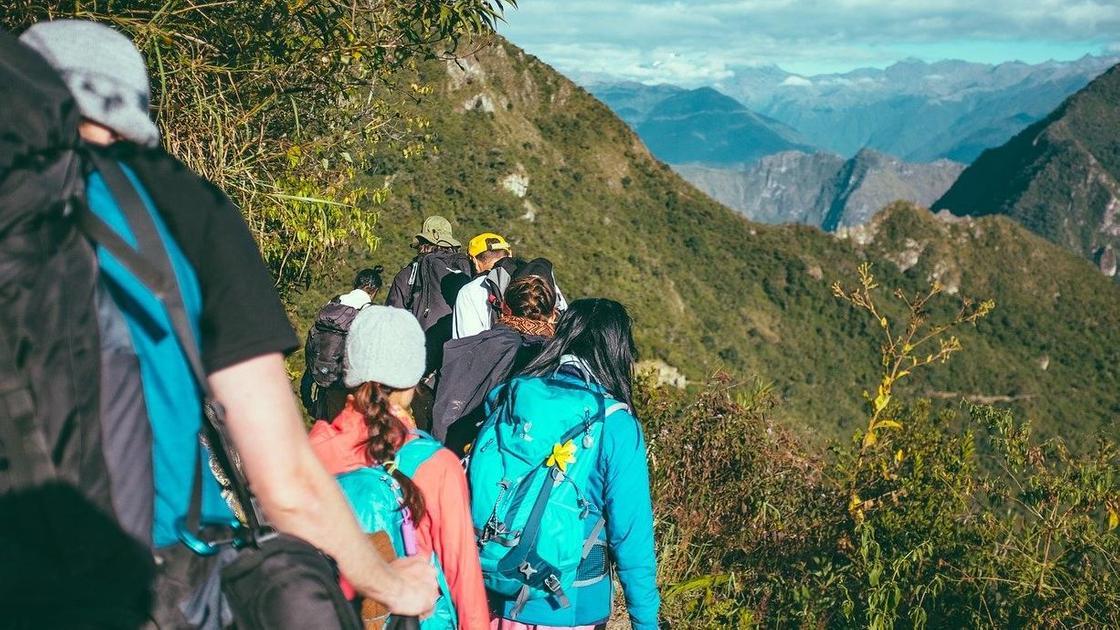 Туристы с рюкзаками на природе