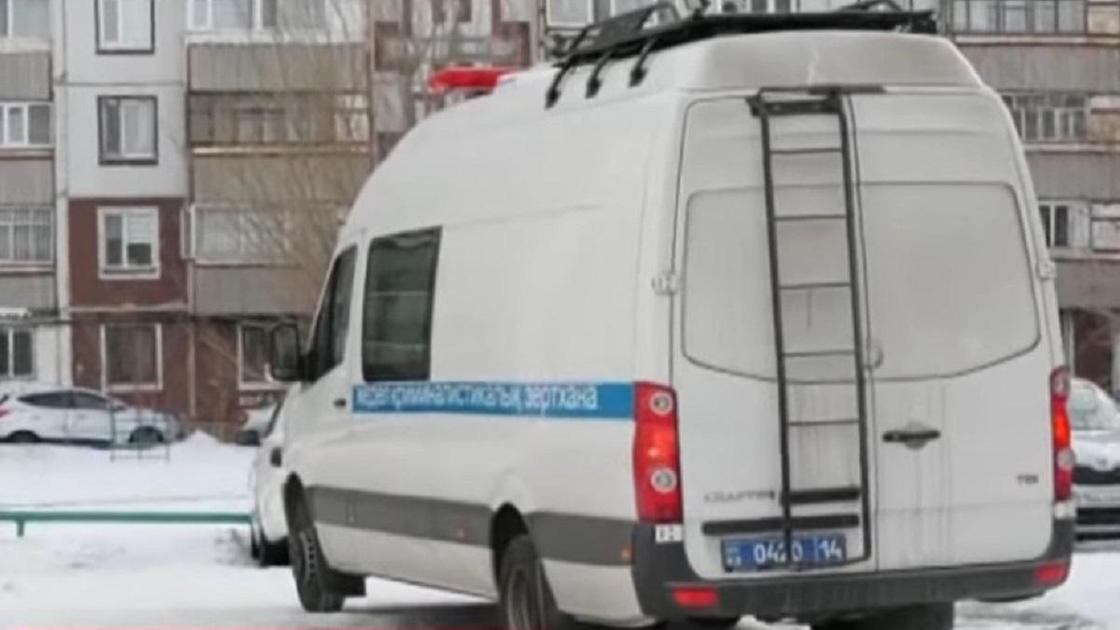 Двор в Экибастузе с полицейской машиной
