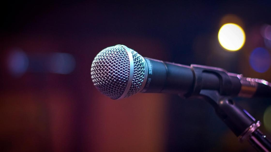 Микрофон стоит на сцене