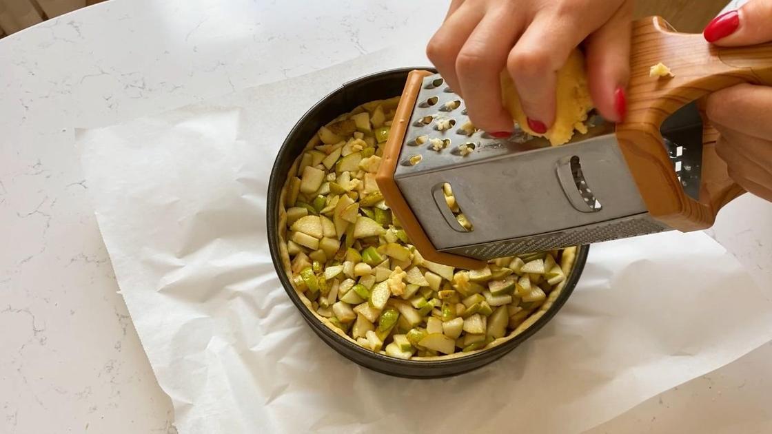 Натирают тесто на груши