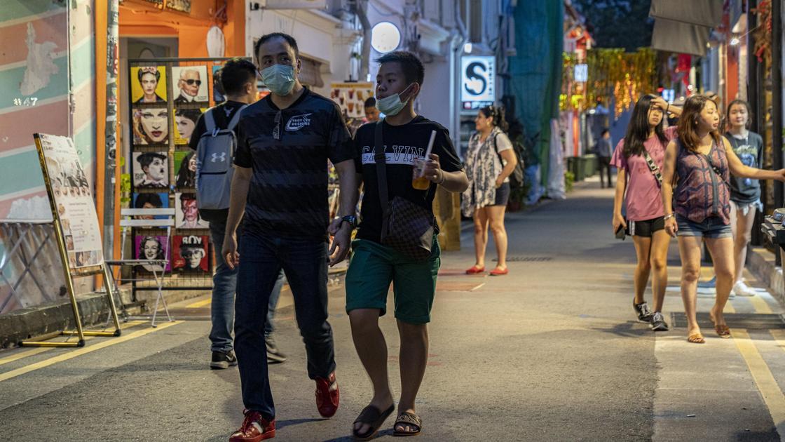 Сингапурцы гуляют на улице