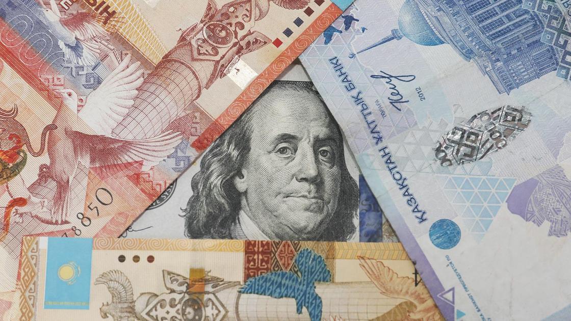 Доллар лежит среди тенге