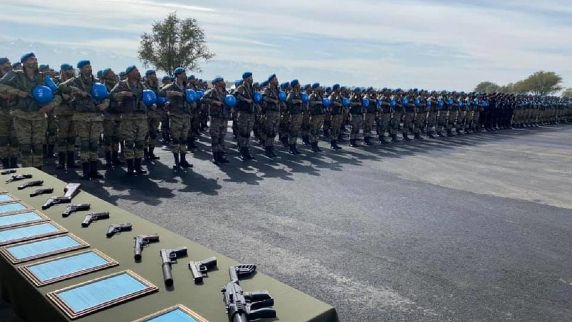 Военнослужащие стоят на плацу