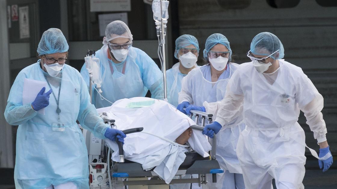Медики перевозят пациента