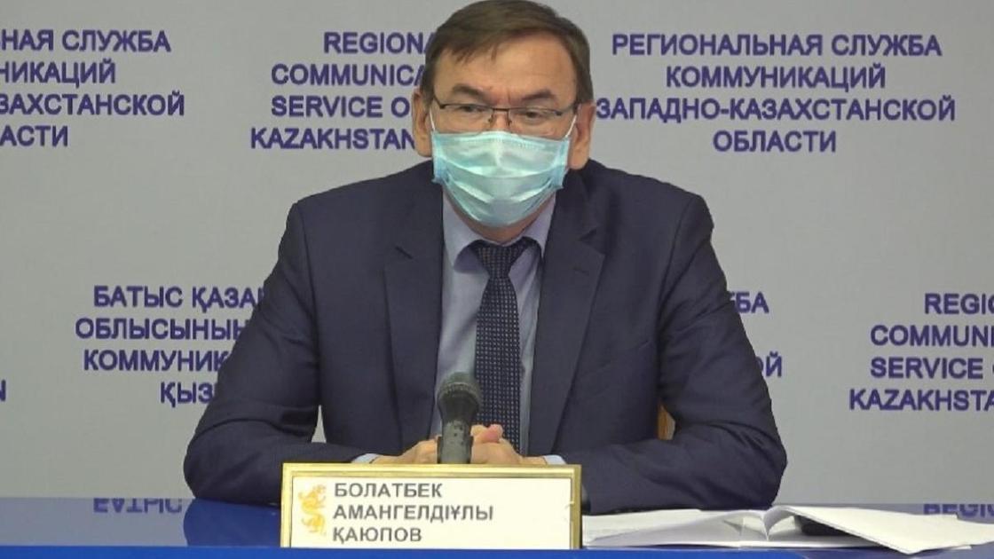 Болатбек Каюпов сидит за столом