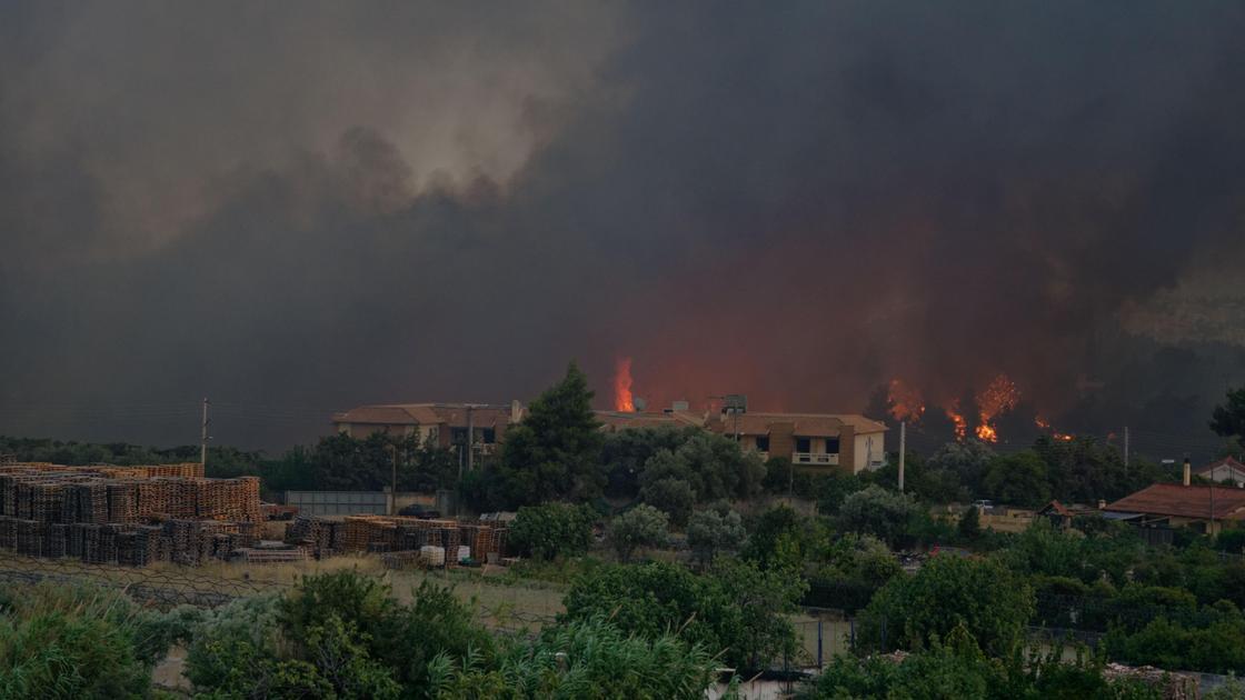 Лесные пожары вспыхнули недалеко от Афин