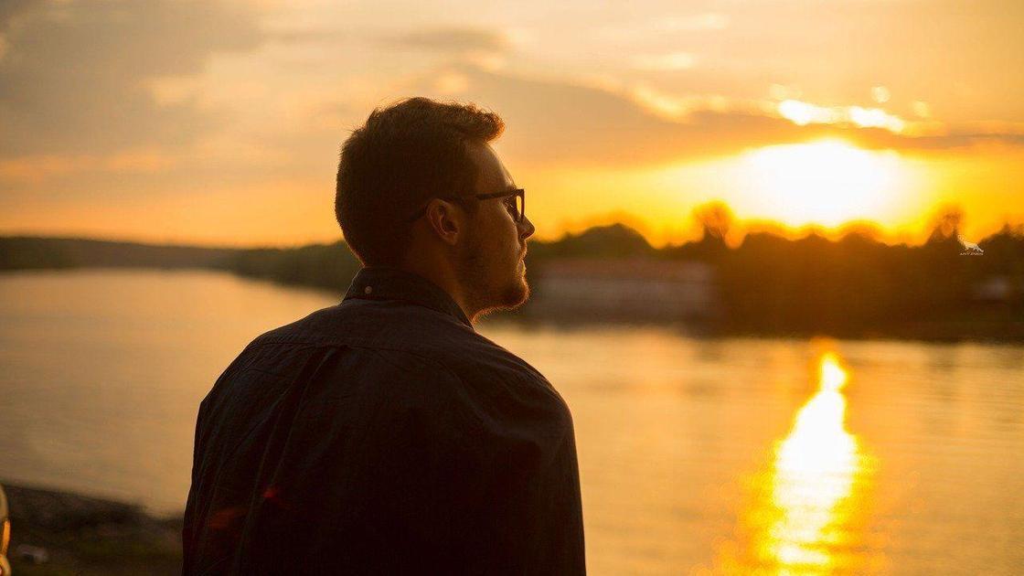 Марк смотрит на закат