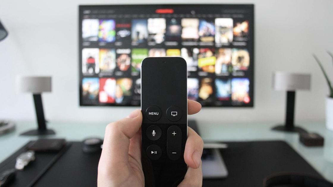 Пульт в руке, телевизор